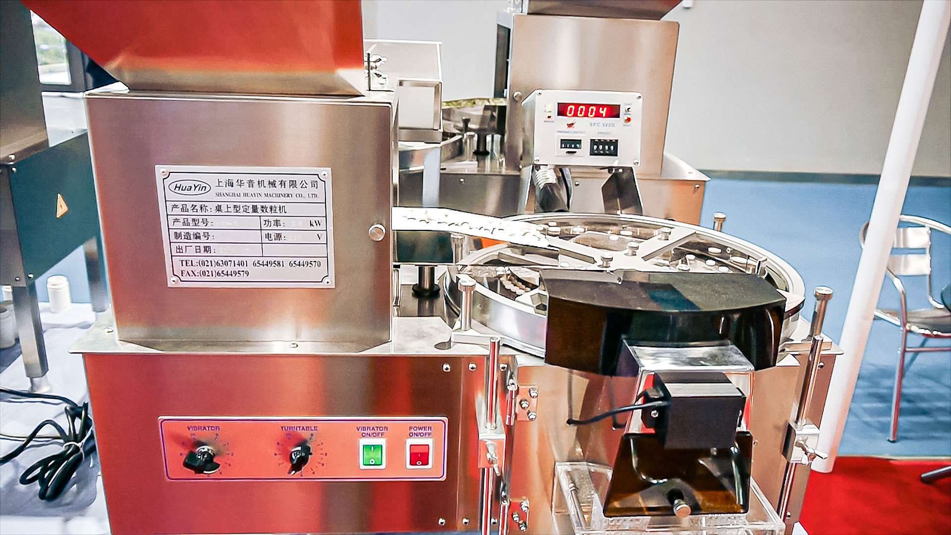 Automatic equipment for counting and packing of gelatin capsules into bottles