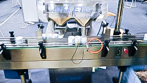 Automatic equipment for filling gelatin capsules into bottles in pharmaceutical production