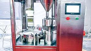Automatic equipment for filling hard gelatine capsules with powder