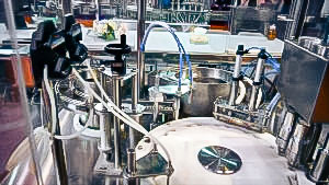 Automatic equipment for filling liquids into bottles in pharmaceutical production