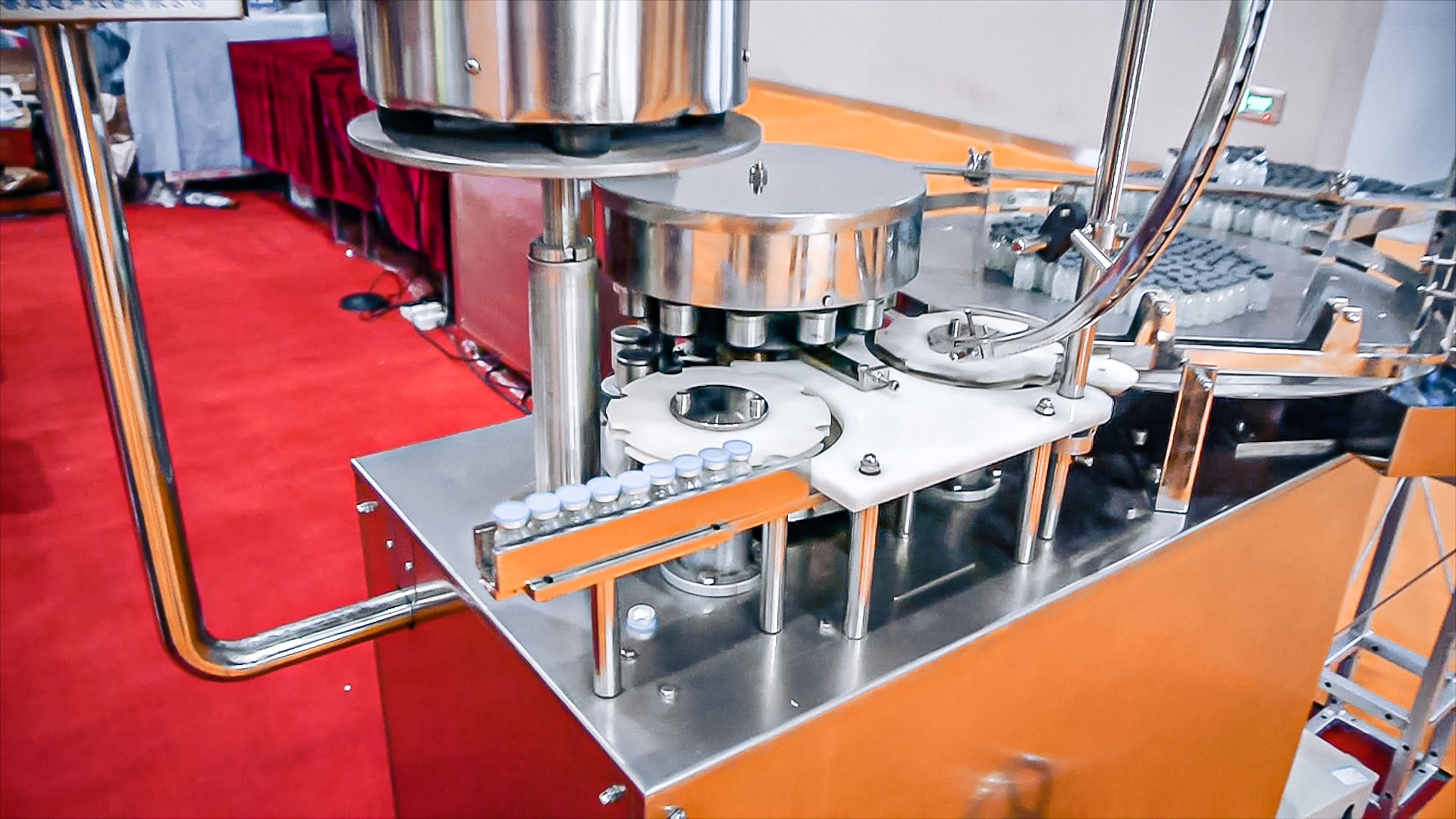 Automatic equipment for filling liquids into penicillin bottles in pharmaceutical production