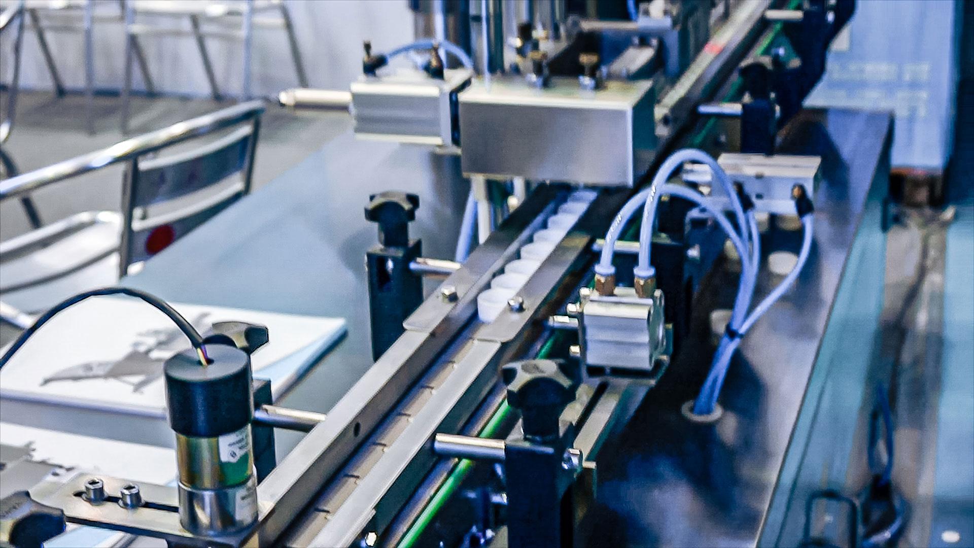Automatic equipment for installing aluminum membrane in plastic caps
