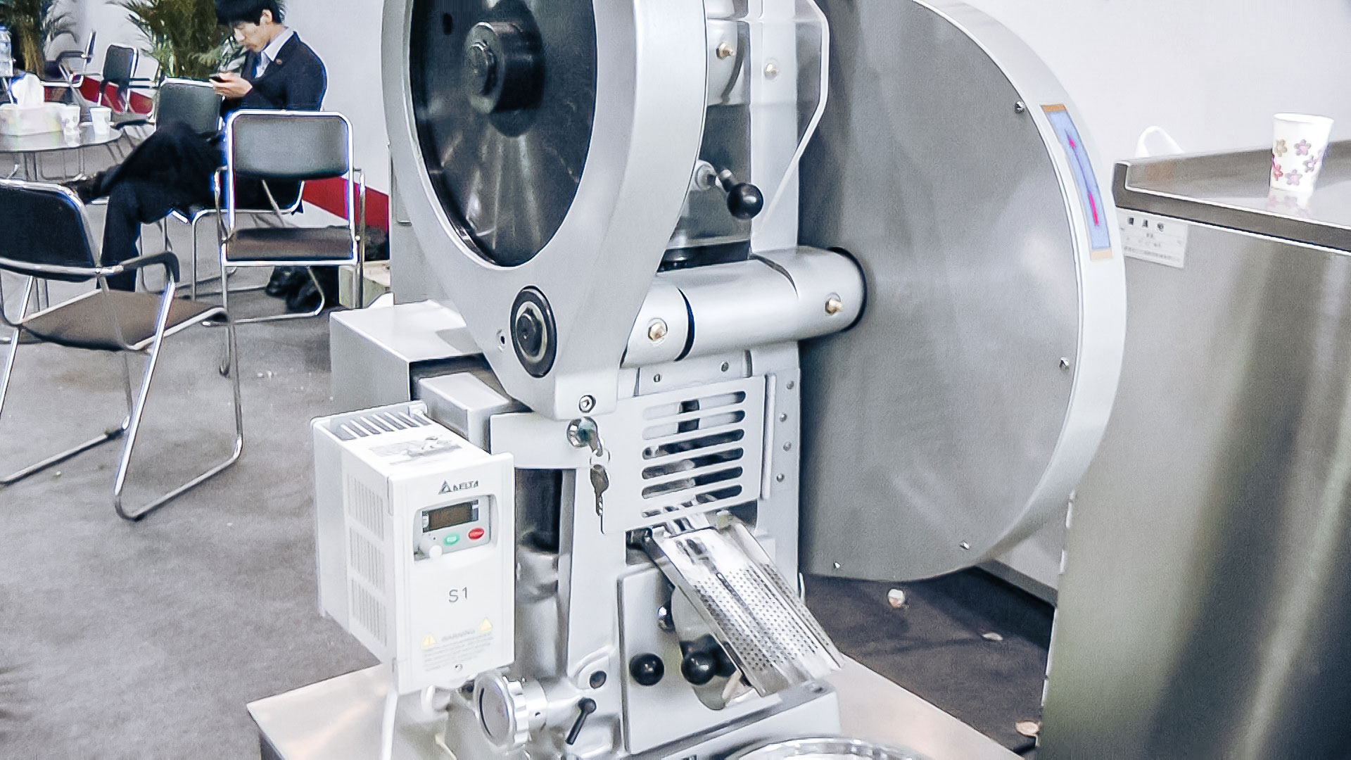 Automatic equipment for obtaining pills in the laboratory of pharmaceutical production