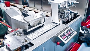 Automatic equipment for packing oval-shaped tablets into aluminum blisters