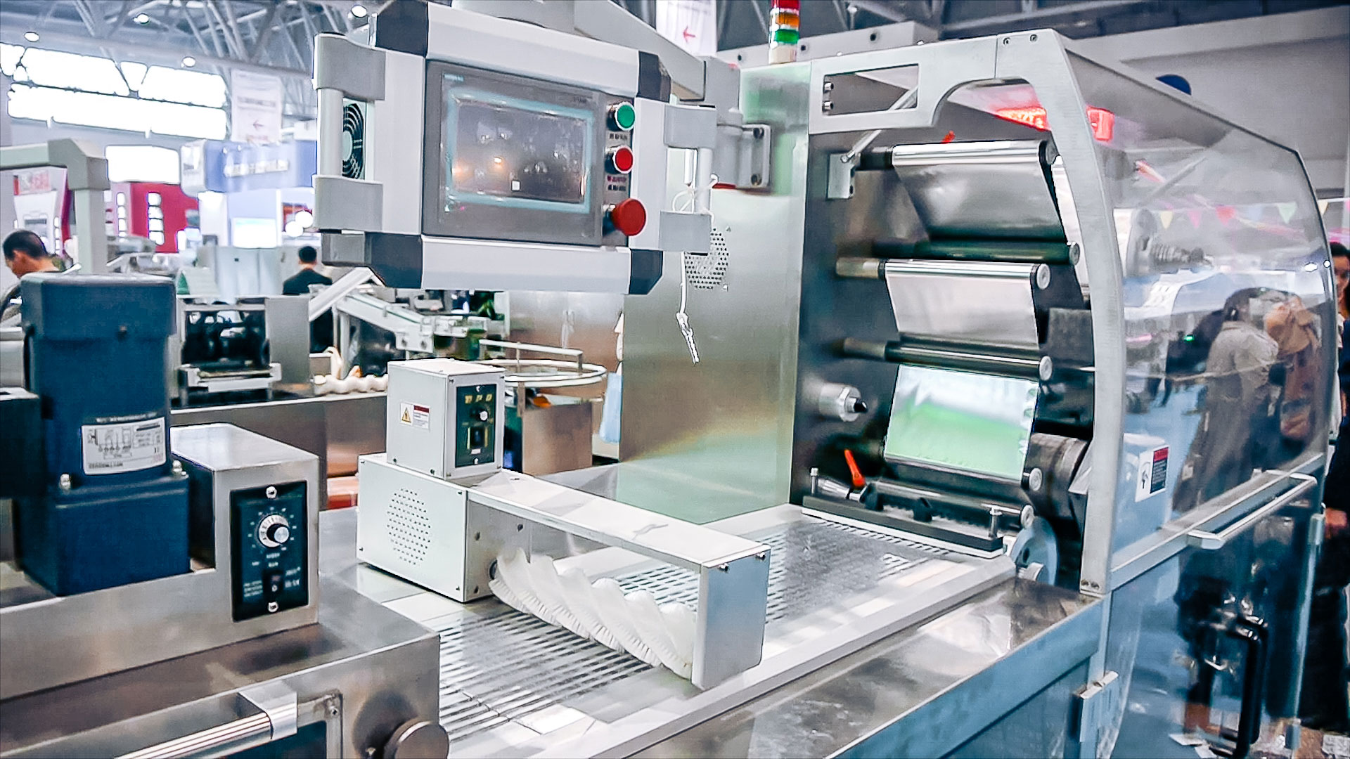 Automatic equipment for packing tablets and gelatin capsules in PVC blisters