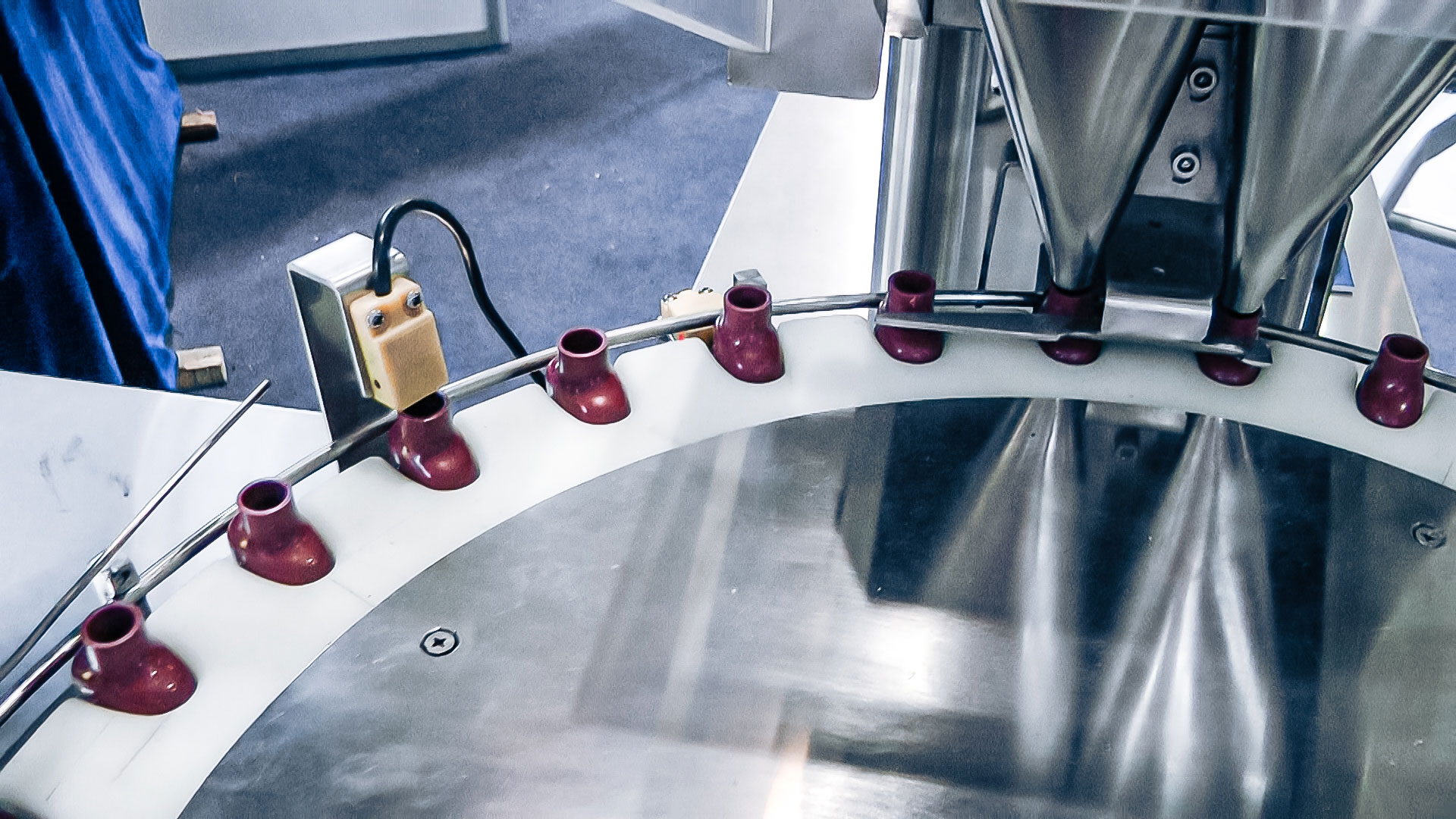 Automatic equipment for vibration feeding plastic bottles in pharmaceutical production