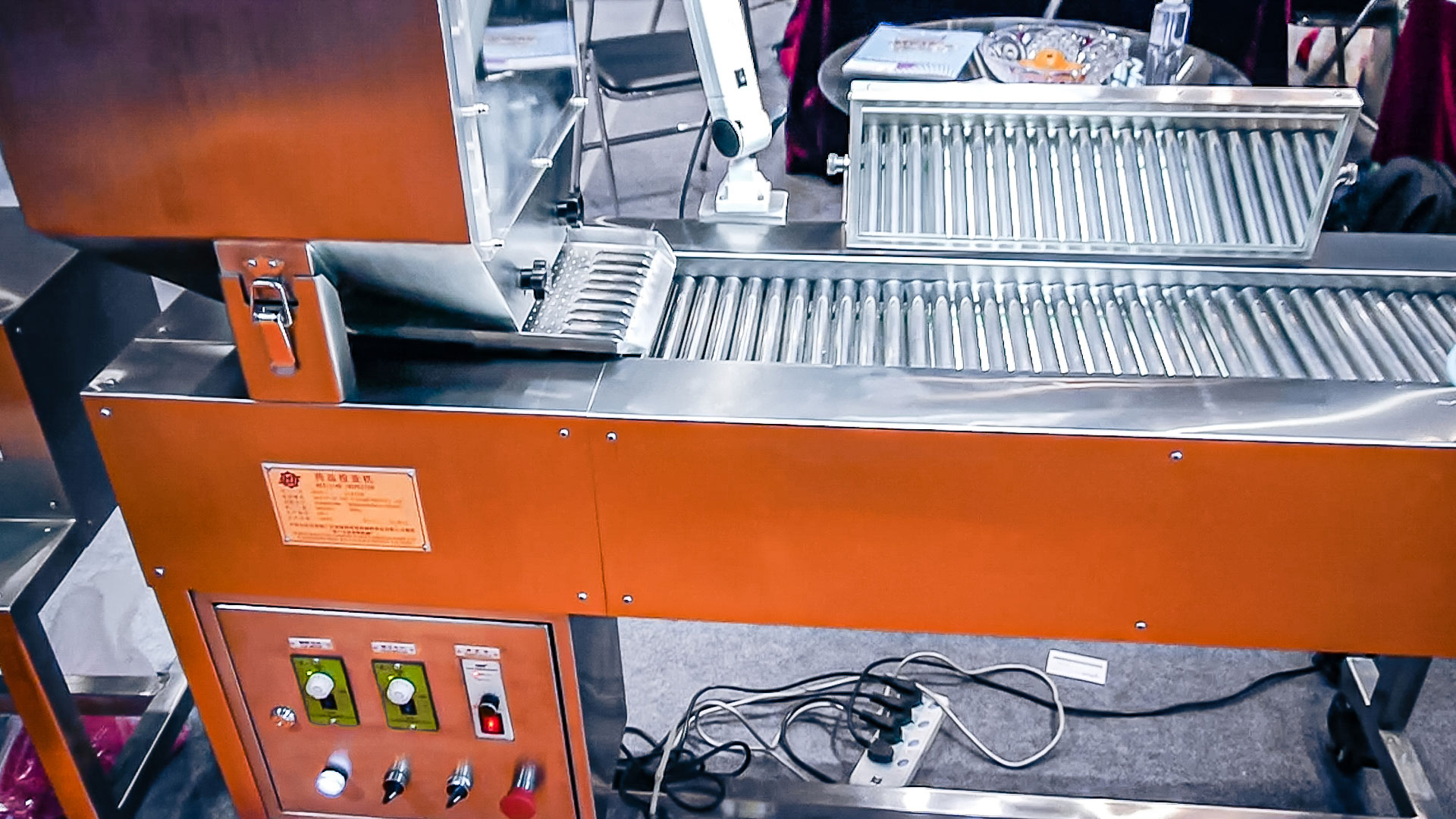 Automatic equipment for visual quality control of tablets and gelatin capsules