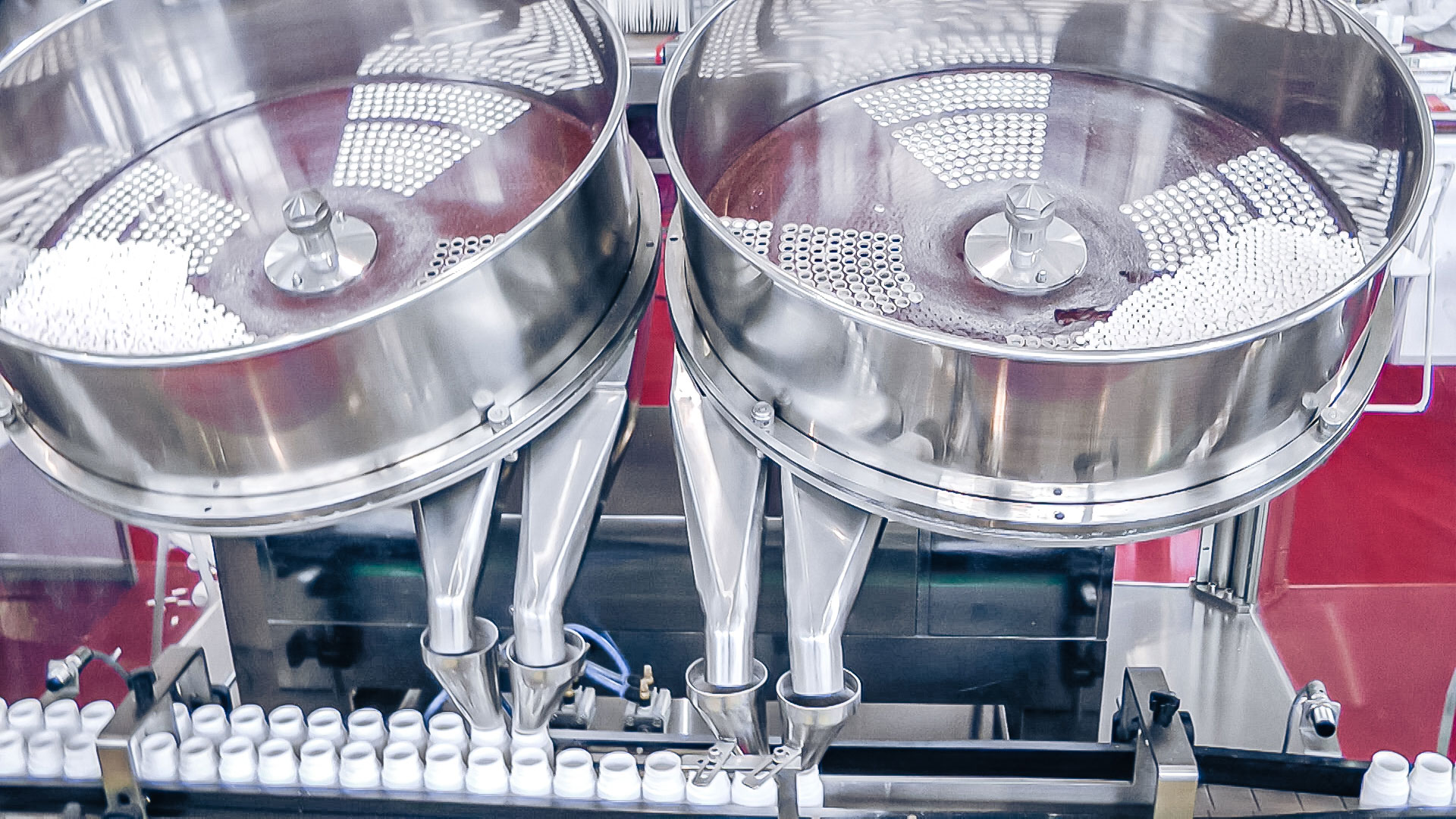 Automatic filling equipment for tablets and gelatin capsules in plastic bottles in pharmaceutical production
