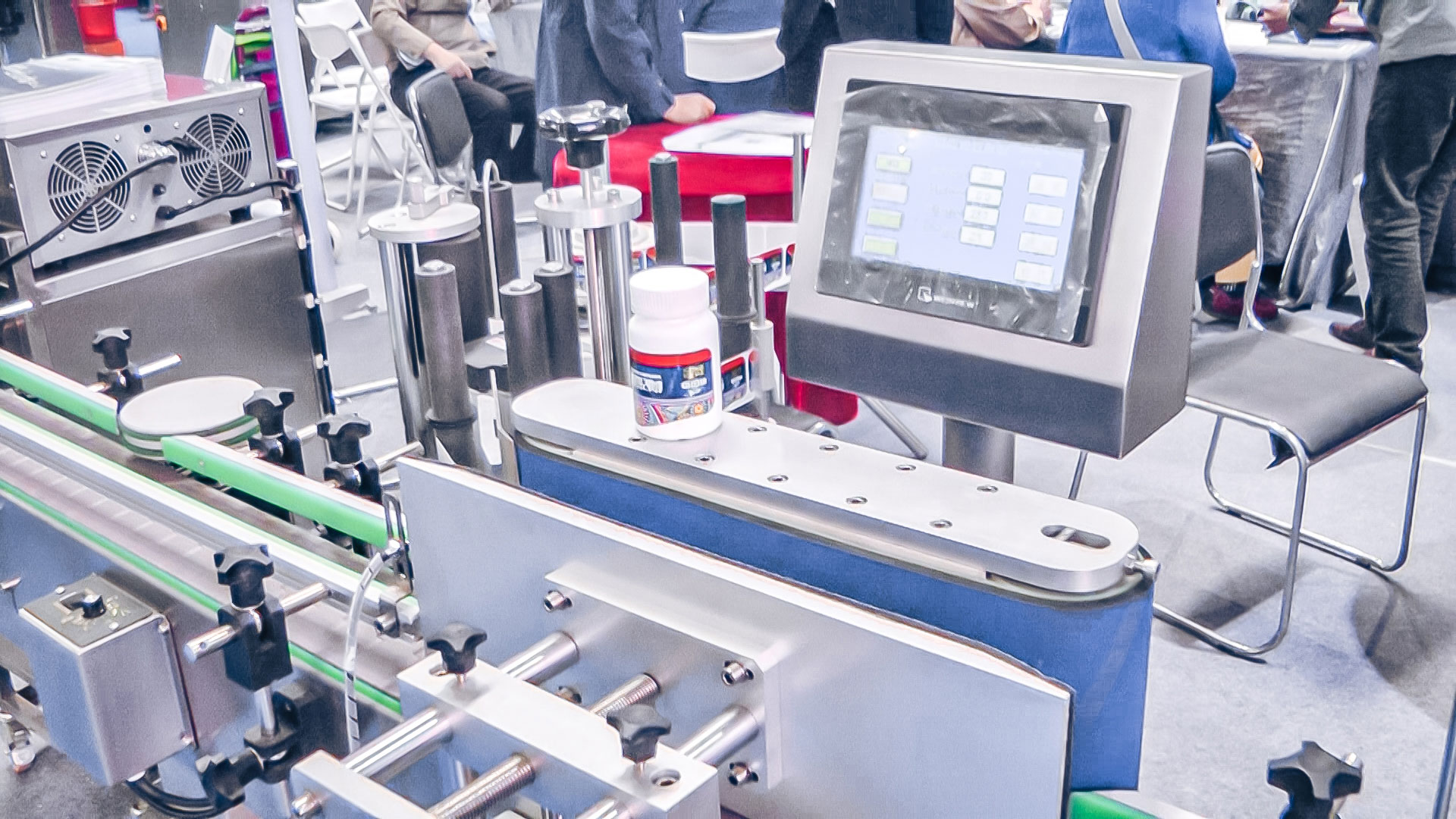 Automatic labeling equipment for plastic and glass bottles