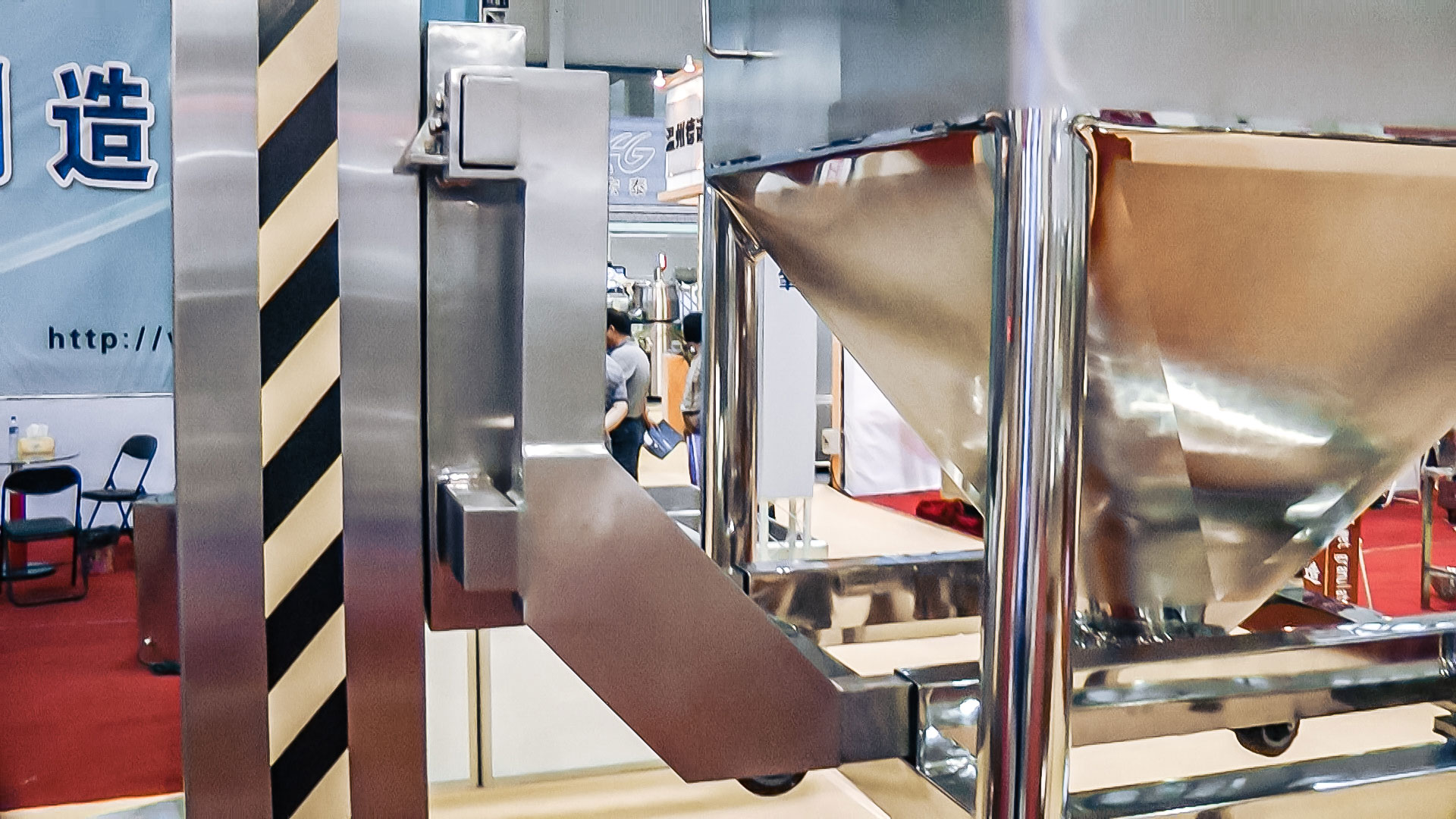 Automatic powder mixing equipment for pharmaceutical production