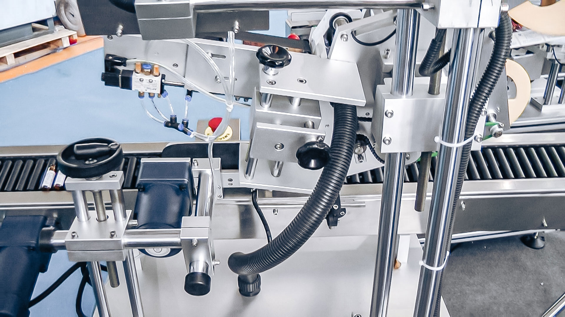 How It's Made? Labeling ampoules using pharmaceutical equipment