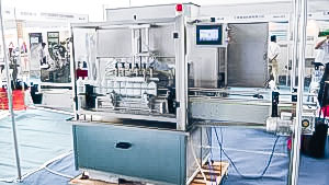 Automatic equipment for bottling and capping in pharmaceutical production