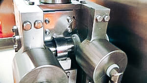 Automatic equipment for dry granulation of pellets in pharmaceutical production