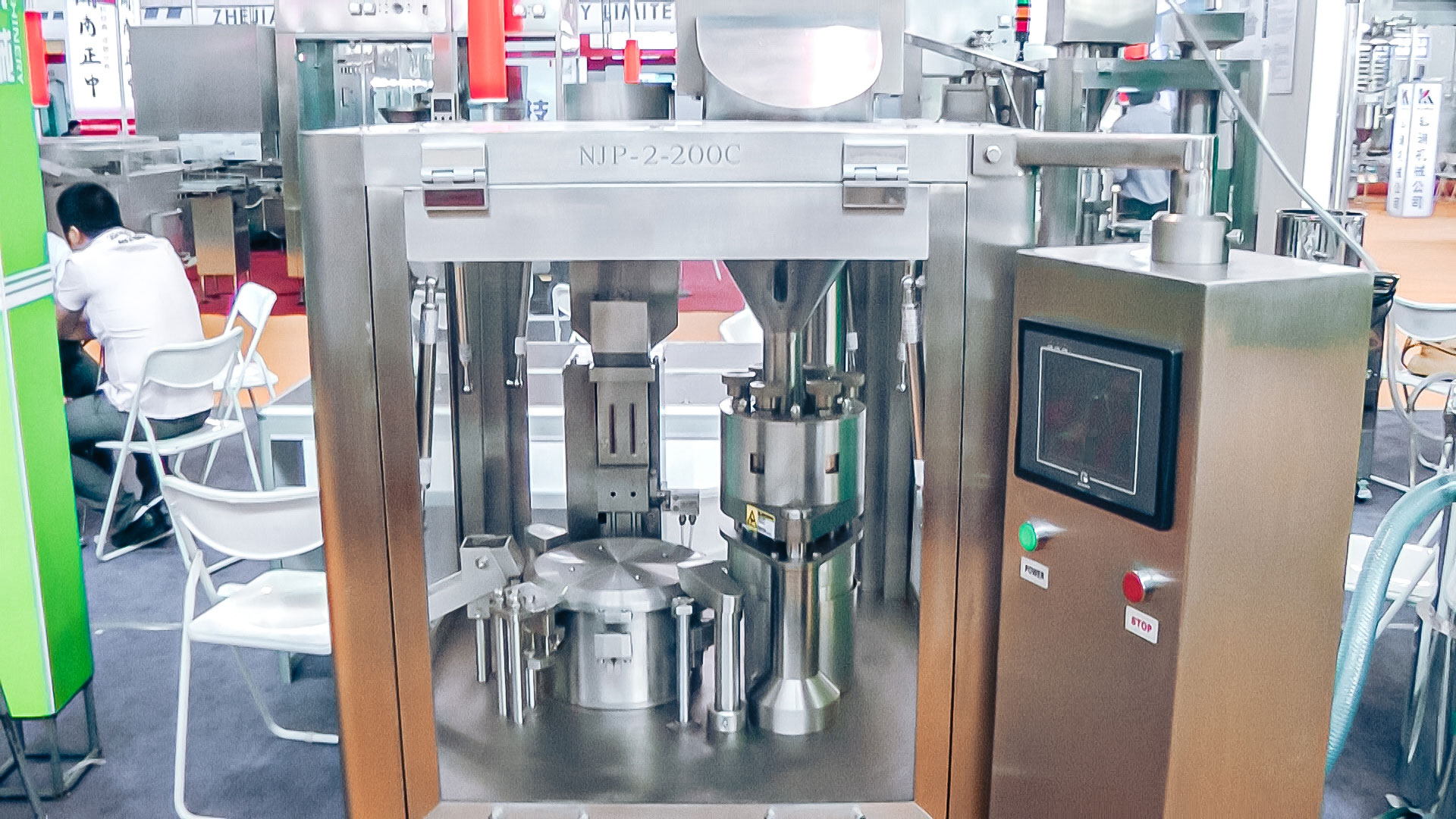 Automatic equipment for filling hard gelatin capsules with powder in pharmaceutical production