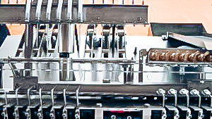 Automatic equipment for filling liquids and sealing glass ampoules in pharmaceutical production