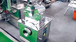 Automatic equipment for grinding raw materials and powders in pharmaceutical production