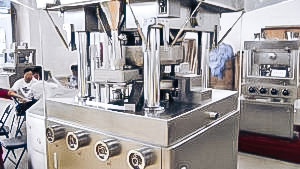 Automatic equipment for manufacturing tablets tablet press in pharmaceutical production