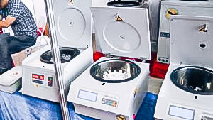 Automatic equipment for mixing liquid samples in a centrifuge in pharmaceutical production
