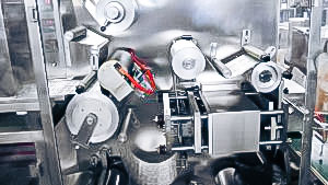 Automatic equipment for packing gelatin capsules into blisters in pharmaceutical production