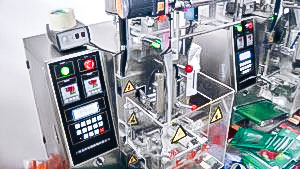 Automatic equipment for packing in bulk products into bags in pharmaceutical production