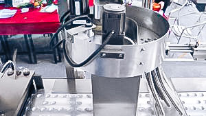 Automatic equipment for packing oval tablets into aluminum blisters in pharmaceutical production