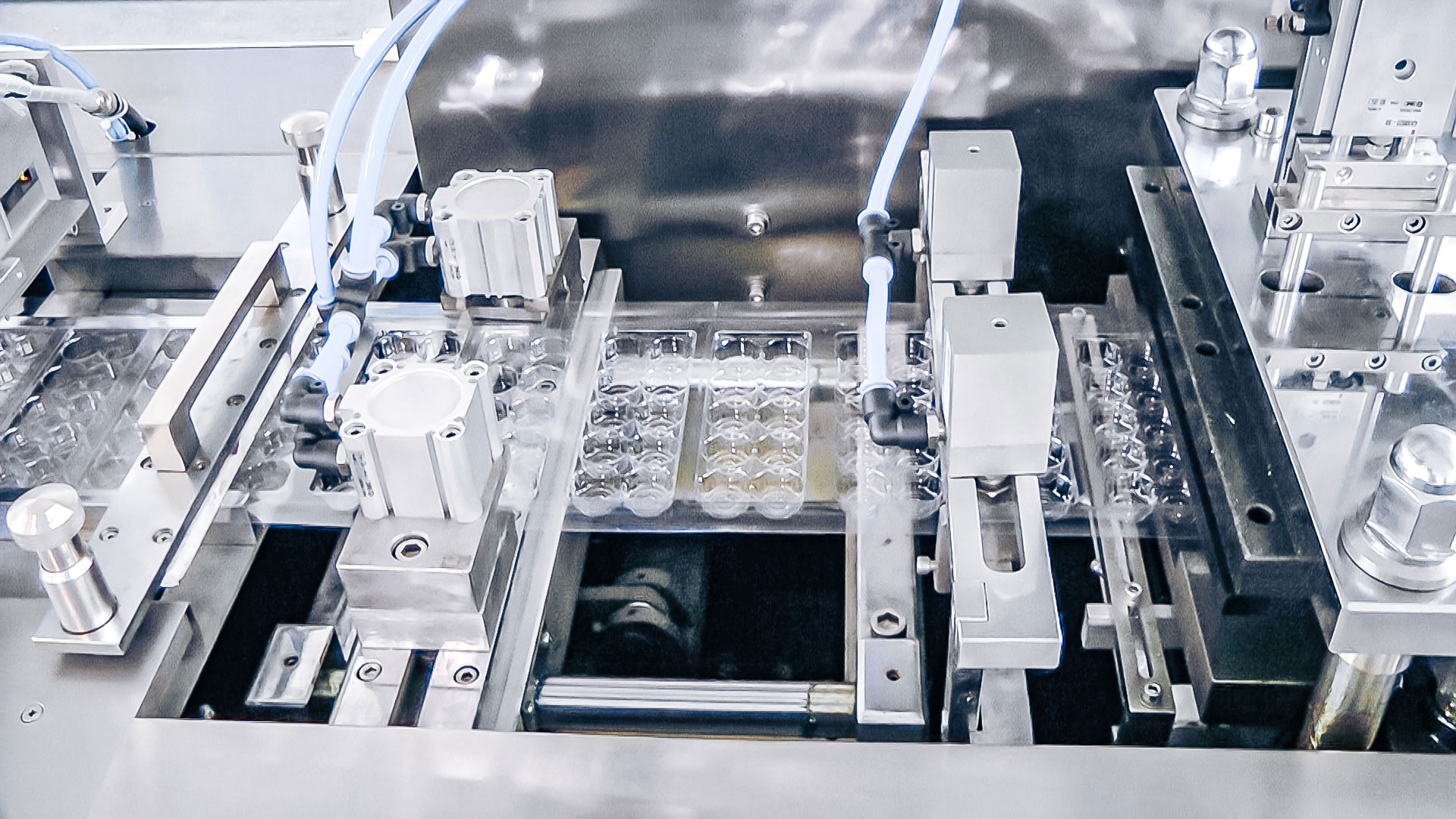 Automatic equipment for packing penicillin vials into plastic blisters in pharmaceutical production