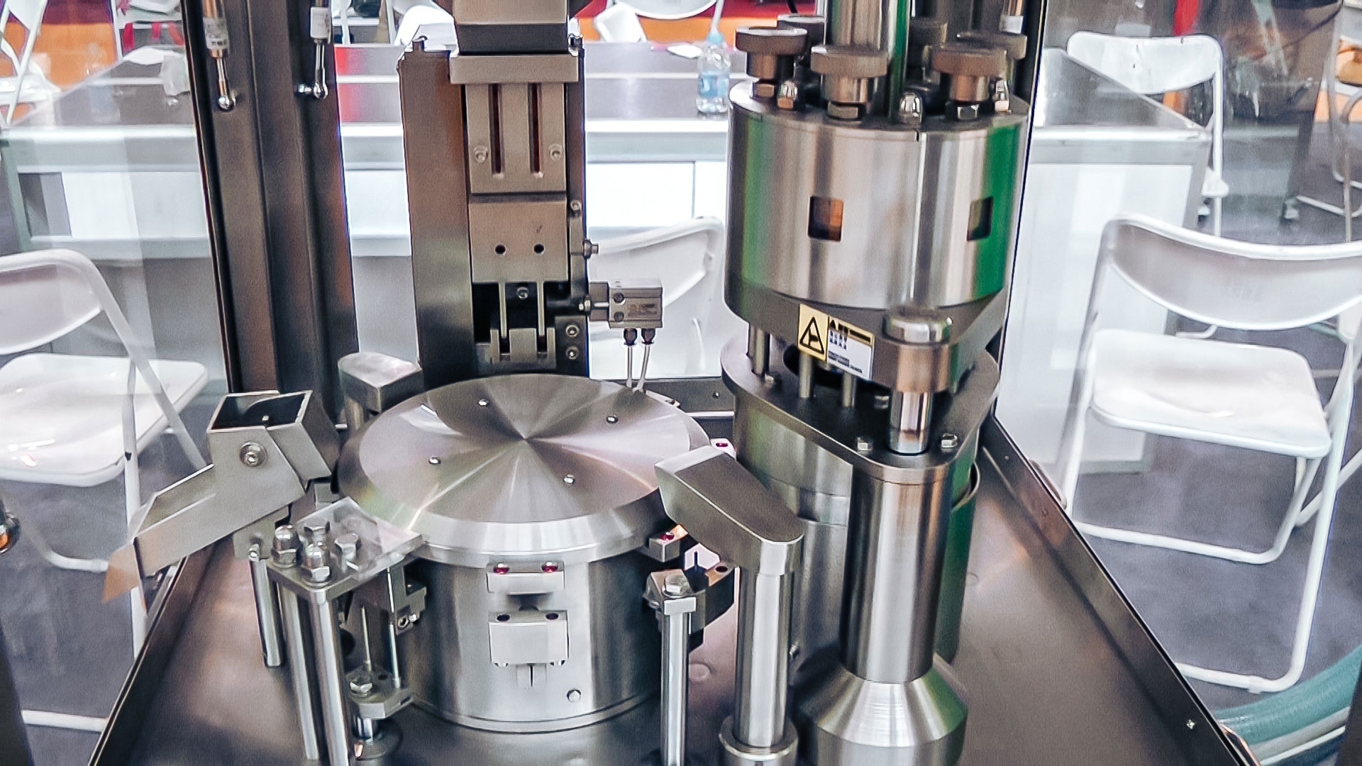 Automatic equipment for packing powder into gelatin capsules in pharmaceutical production