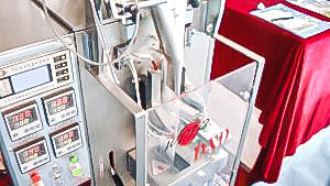 Automatic equipment for packing powders and granules into plastic bags in pharmaceutical production