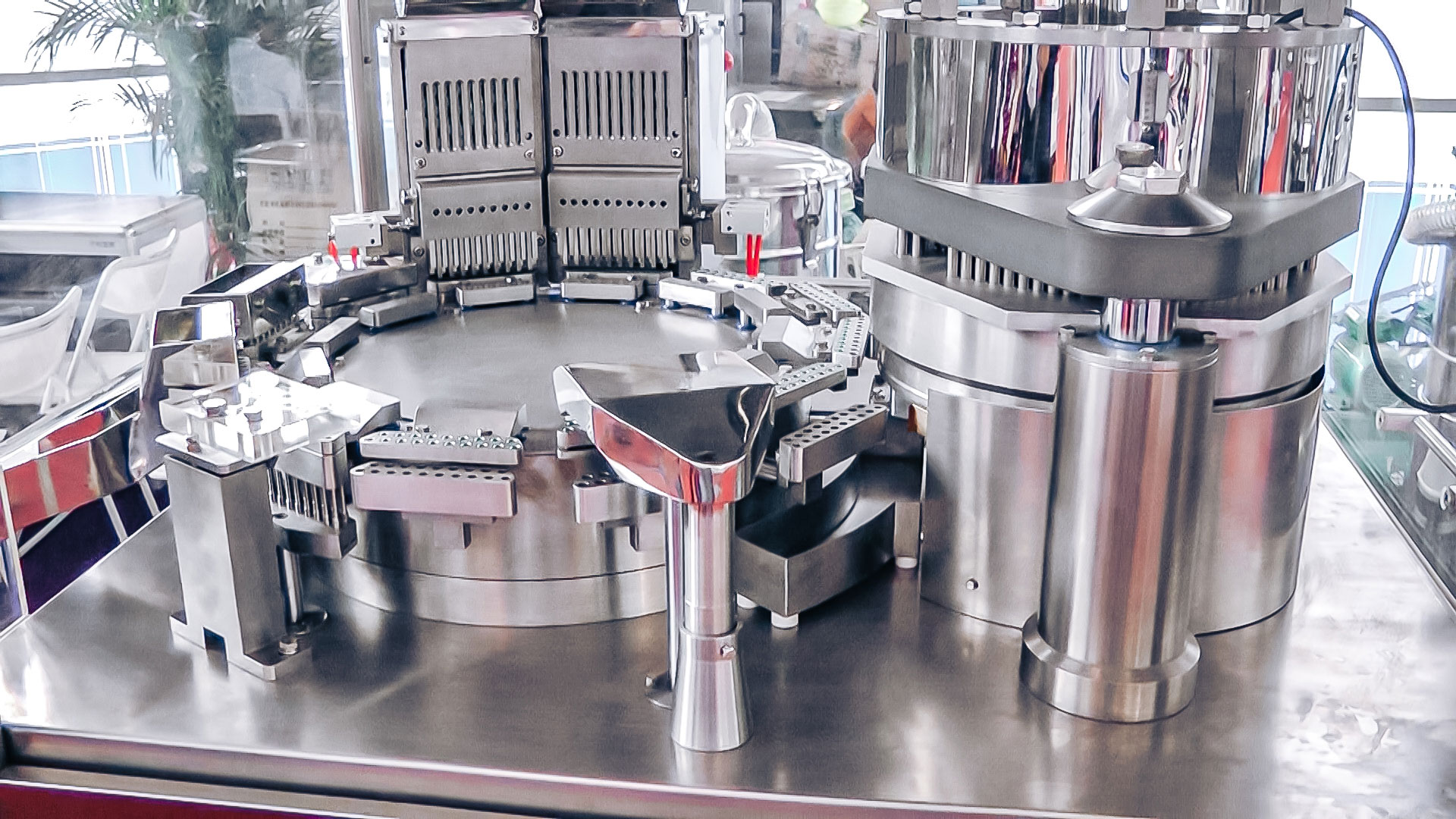 Automatic equipment for powder filling of gelatin capsules in pharmaceutical production