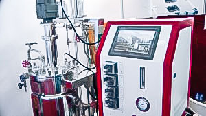 Automatic equipment for preparation of oil extracts in pharmaceutical production