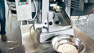 Automatic equipment for pressing laboratory tablets in pharmaceutical production