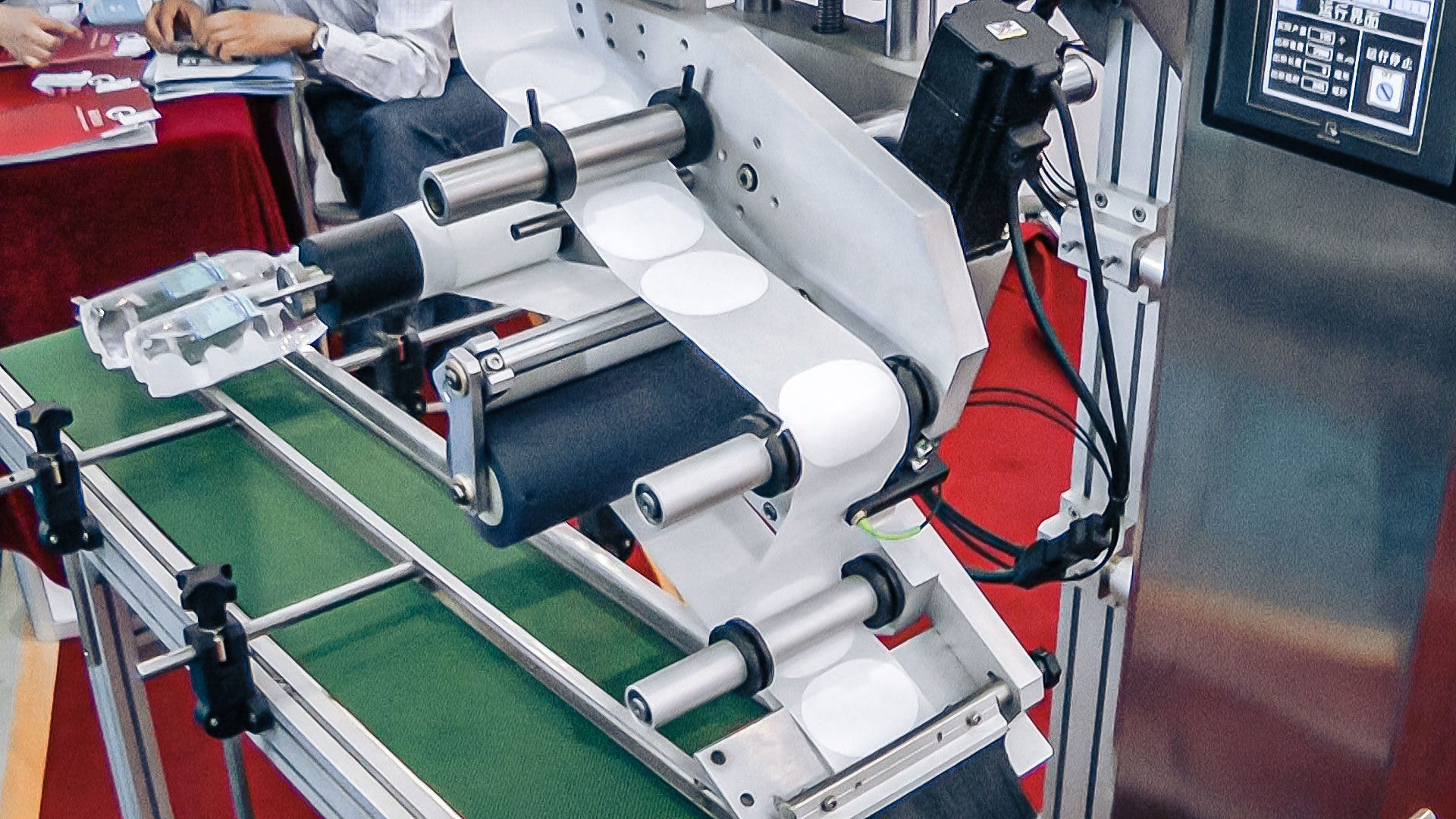 Automatic equipment for self-adhesive labels on top of pharmaceutical production