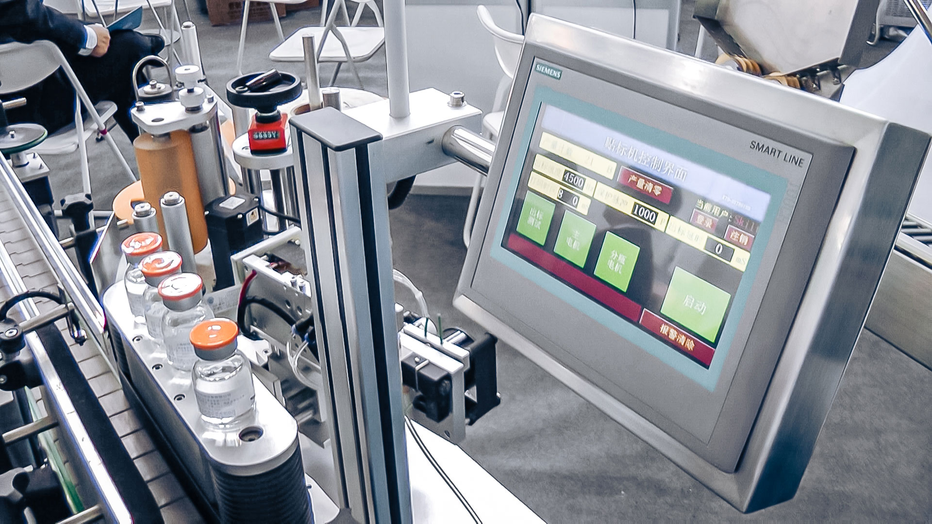 Automatic equipment for sticking self-adhesive labels on penicillin vials for pharmaceutical production