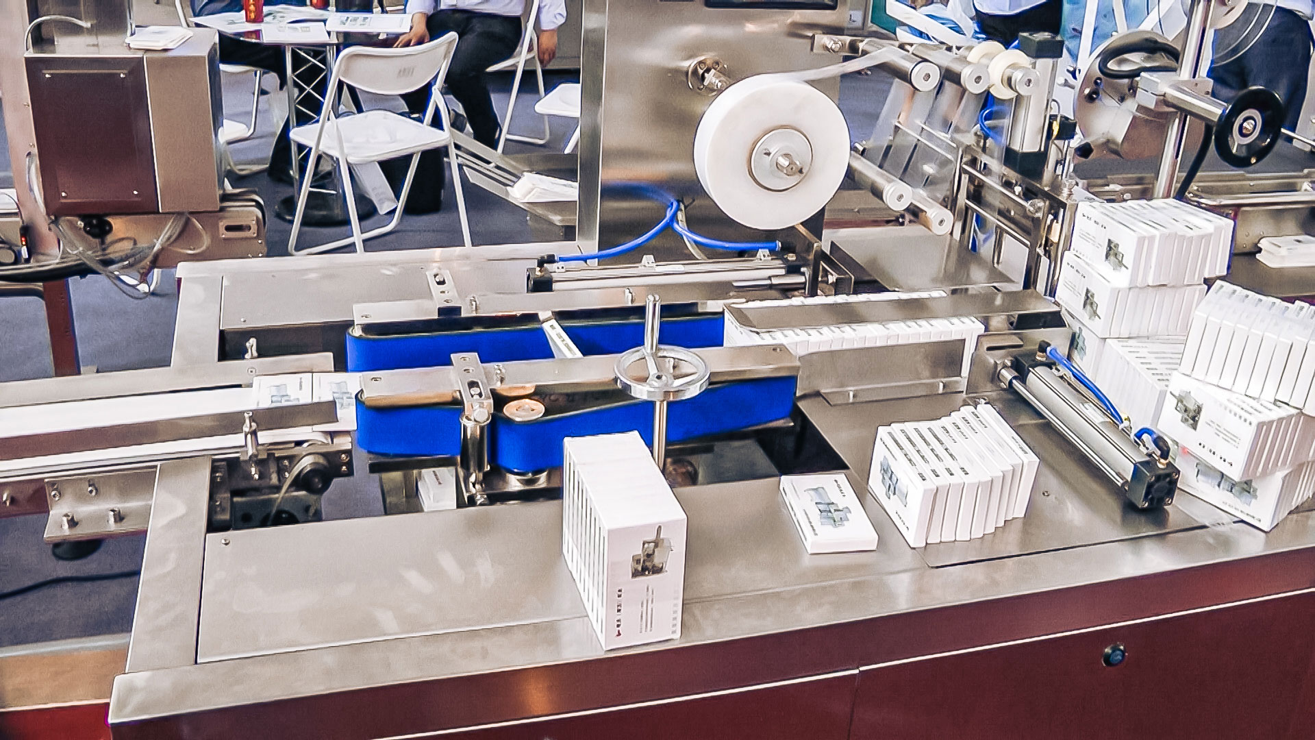 Automatic equipment packaging of cardboard boxes in cellophane in pharmaceutical production