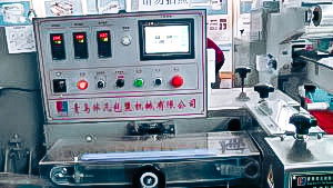Automatic equipment packing blisters with capsules in cellophane in pharmaceutical production