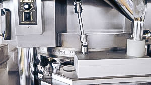 Automatic equipment to make tablets from granules and powders in pharmaceutical production