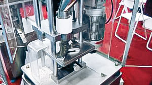 Automatic equipment to make tablets using tablet press in pharmaceutical production