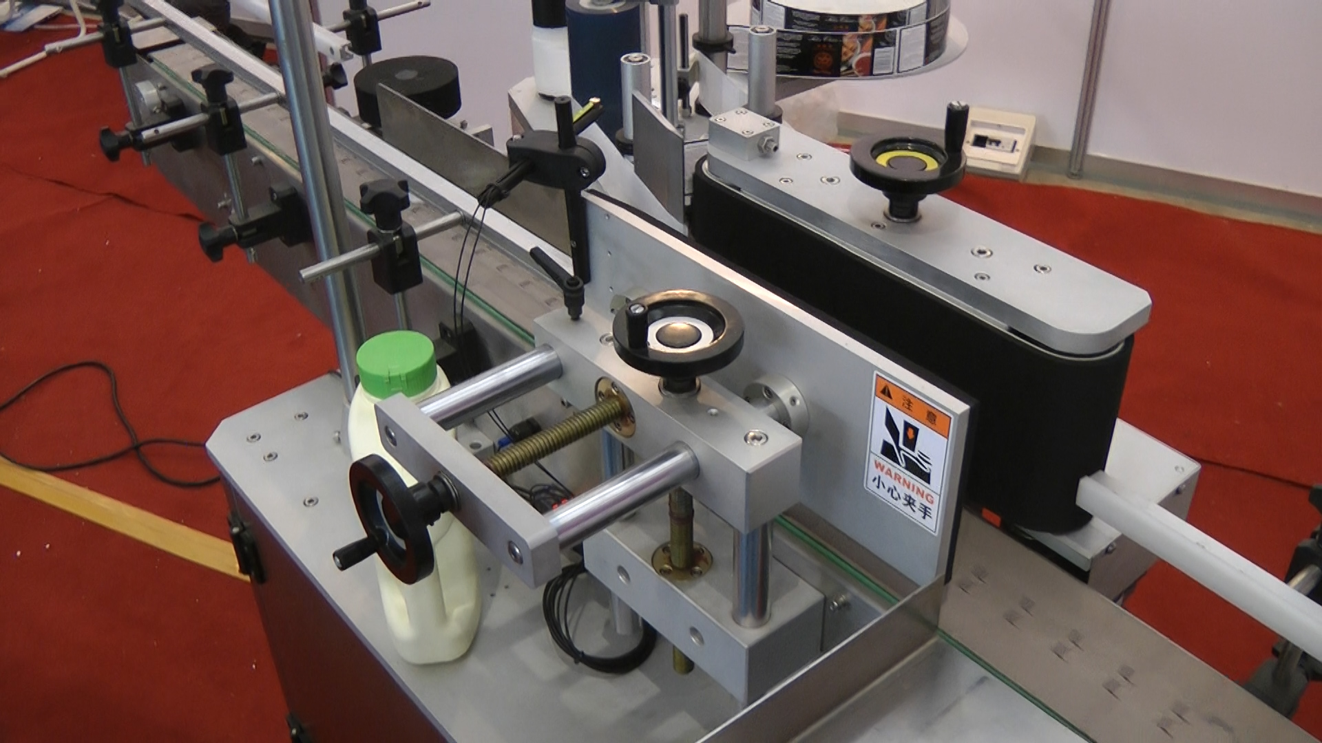 Automatic labeling equipment for bottles in pharmaceutical production